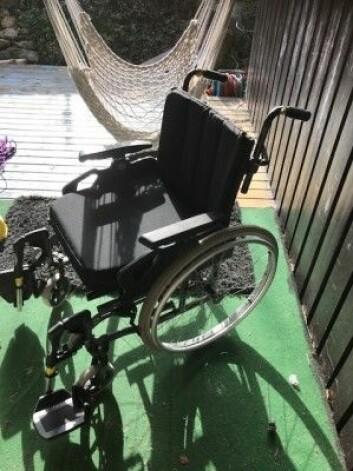 I dag føler den ME-syke psykologen seg bedre. Men hun har beholdt rullestolen. Fortsatt er det dager da hun ikke klarer seg uten den. (Foto: Siw Ellen Jakobsen)