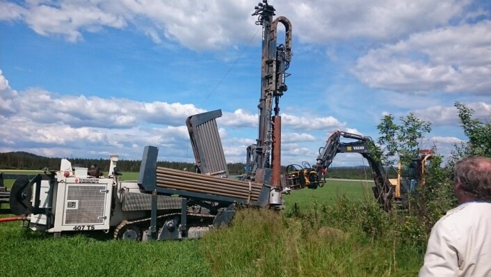 Plassering av ny grunnvannsbrønn på et forsøksfelt. (Foto: Roger Roseth)
