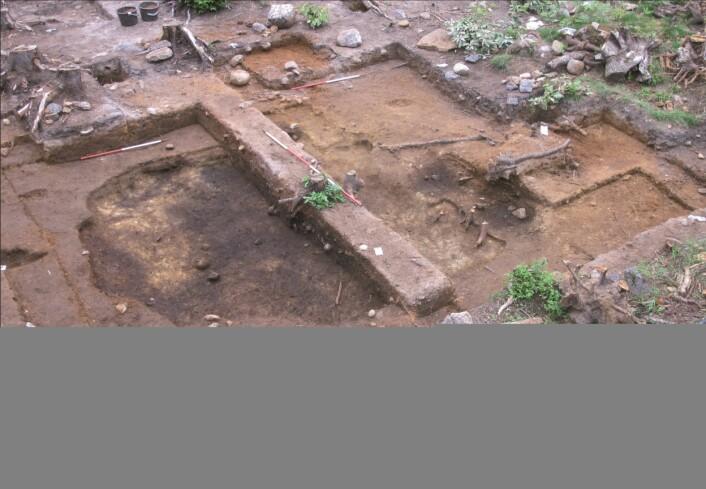 Utgravning av den samme hyttestrukturen som i bildet over. (foto: Kulturhistorisk museum)