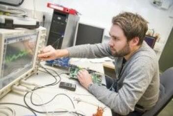 Forsker Eirik Grimstvedt jobber med en prototype av radardetektoren som skal være nyttelast på NorSat-3. (Foto: FFI)