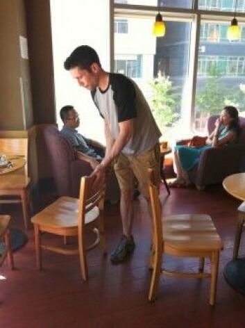 En forsker setter ut en stolfelle for intetanende kafegjester på Starbucks i Beijing. (Foto: Thomas Talhelm)
