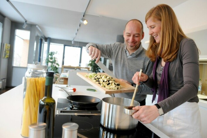 I Norge kan et klart flertall av oss lage mat. Menn står for mye av matlagingen. (Foto: Frank May / NTB scanpix)