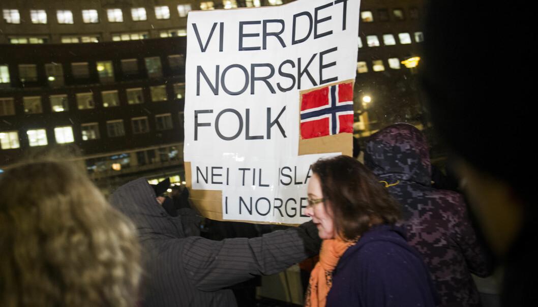 Noen av deltakerne i den norske spørreundersøkelsen ville støttet en marsj mot «islamiseringen av Norge», en slik gruppa Pegida holdt utenfor rådhuset i Oslo i 2015. (Foto: Fredrik Varfjell/NTB scanpix)