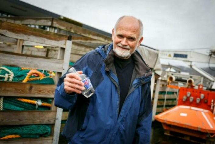 Havforsker Svein Sundby med en strømflaske, som ble brukt for å måle strømmene i havet i gamle dager. I dag bruker havforskere mer moderne utstyr. (Foto: Erlend Astad Lorentzen / Havforskningsinstituttet)