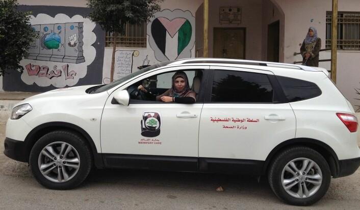 Jordmor Ala`Qalalwi i bilen utenfor en av landsbyklinikkene. (Foto: Berit Mortensen)