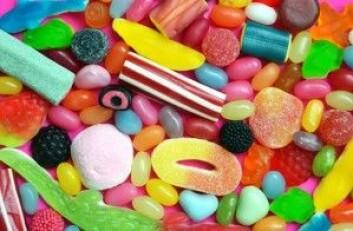 Fortsetter du å spise til godteskålen er helt tom? Da er du kanskje genetisk disponert for å innta mye sukker. (Foto: Veronika Vankova / Shutterstock / NTB scanpix)