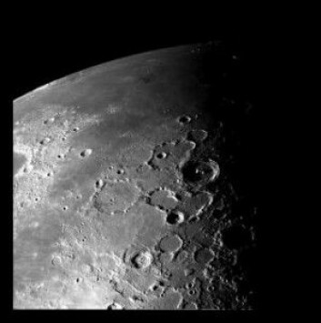 Månens mange kratere er synlige fra Jorden på klare netter. (Foto: NASA / JPL)