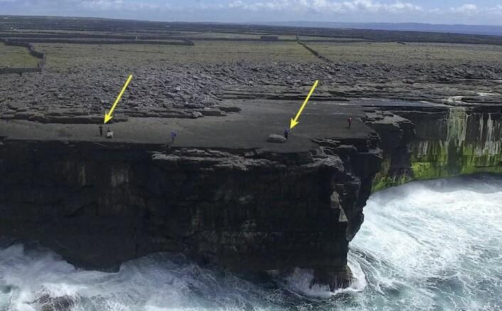 Steinen høyre pil peker mot dukket opp vinteren 2015. Steinen ligger nå over høyvannsnivået. Legg merke til steinavsetningene bølger under storm har skapt langt inne på land.