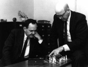 Herbert Simon (til venstre) var en av de første pionerene innen kunstig intelligens, men han ble kanskje blindet av de tidlige fremskrittene da han allerede på slutten av 50-tallet spådde kunstig intelligens innen 20 år. (Foto: Carnegie Mellon University)