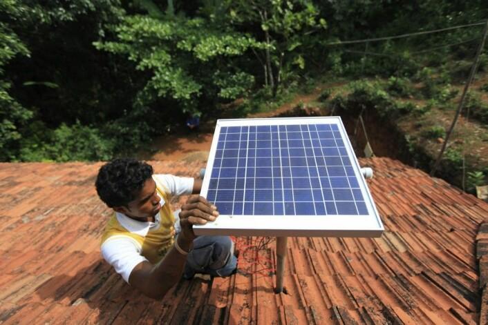 I India ble det montert like mange nye solcellepaneler på hustak i 2017, som det ble de fire foregående årene til sammen. Masseproduksjon og dermed lavere priser på solpaneler får stadig flere indere til å ville kutte strømregningen gjennom å produsere egen elektrisitet. Solceller er også en viktig del av den indiske regjeringens arbeid for å bringe elektrisitet til 300 millioner mennesker på landsbygda i India som fortsatt bor i hus uten strøm. (Foto: (AP Photo/Rafiq Maqbool)
