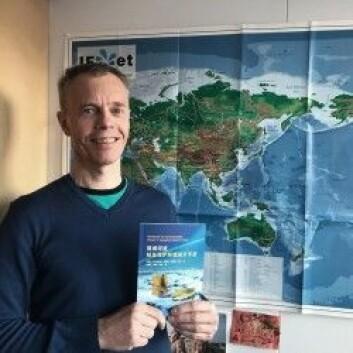 Nylig fikk Atle Harby den kinesiske versjonen av miljødesignhåndboka i hendene. – Det er artig å se at kineserne også ser behovet for miljødesign, sier han. (Foto: Sintef)