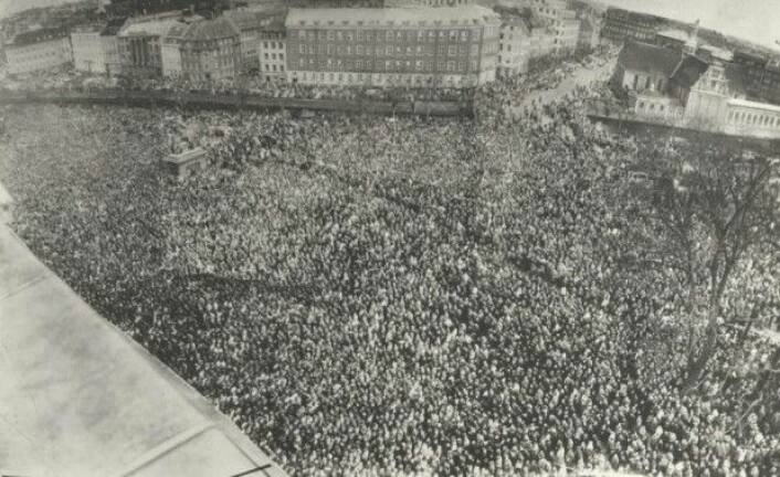 Christiansborg slottsplass i København druknet i et menneskehav da det var storkonflikt i 1956. (Foto: Arbeidermuseets arkiv)