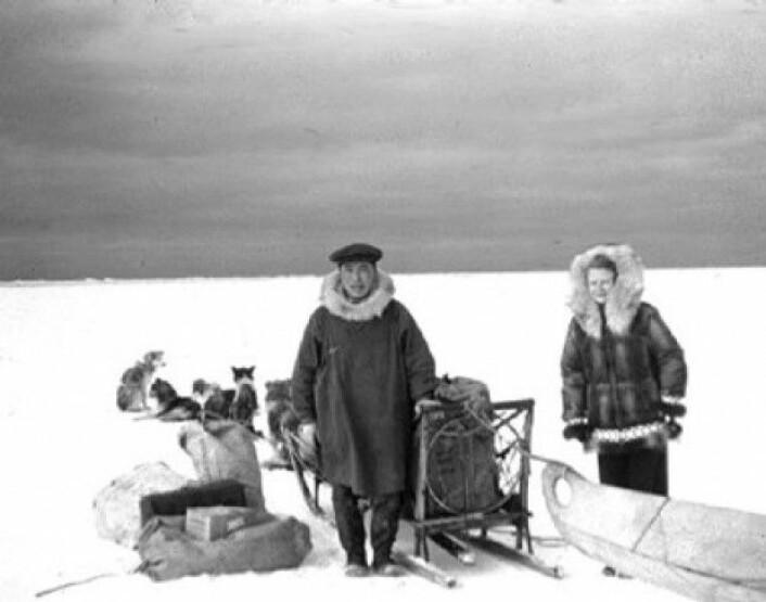 En statlig sykepleier på vei for å besøke en gruppe inuitter i Alaska i 1956. Også forskerne brakte med seg medisinsk ekspertise, vaksiner og medisiner til urbefolkning de studerte. Det skapte en forventning om hva forskere ville bidra med dersom lokalbefolkning deltok i forskningen, ifølge boken Life on Ice: A History of New Uses for Cold Blood. (Foto: CDC, Wikimedia commons)