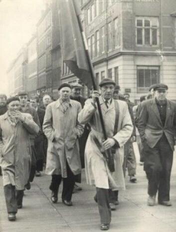 162 år etter tømmerstreiken i 1794 var havnearbeidere på barrikadene i Københavns gater under en storkonflikt i 1956. (Foto: Arbeidermuseets arkiv)