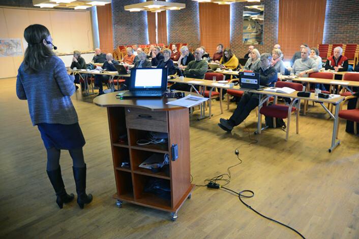 Nær 40 deltakere fra næringsliv, politikk og offentlig forvaltning var til stede i Flora samfunnshus i Florø da NGU, her ved Aave Lepland, nylig presenterte de nye sjøbunnskartene. (Foto: Gudmund Løvø)