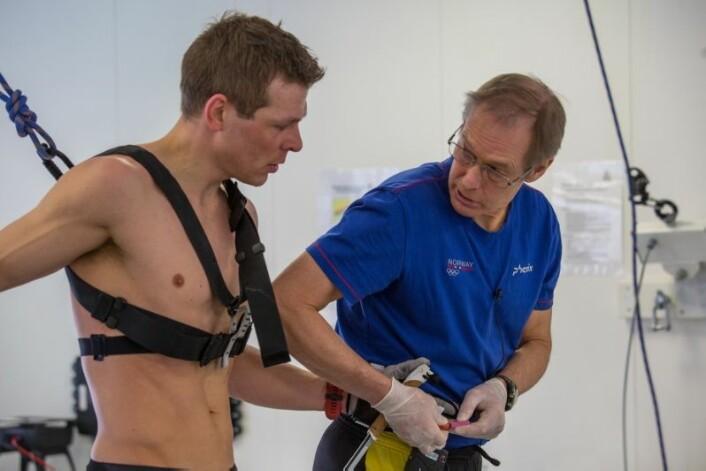 Tor Oskar Thomassen (t.h.) tar blodprøver av Daniel under treningsøkten hans. (Foto: Tommy Hansen)