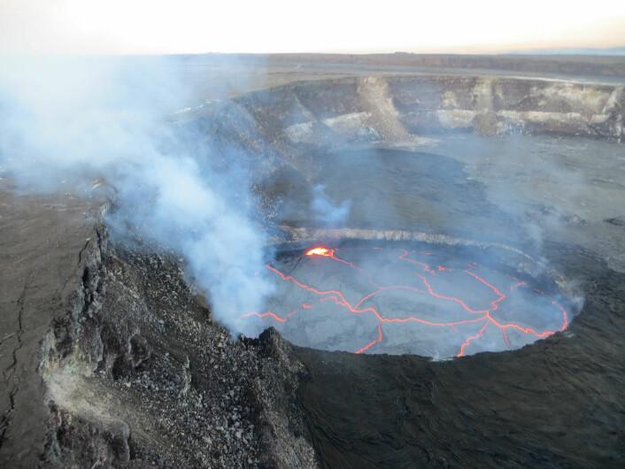 Luftfoto av aktiv lavasjø i Halema'uma'u-krateret på Kilauea. Foto: Janet Babb / U.S. Geological Survey, Hawaiian Volcano Observatory)