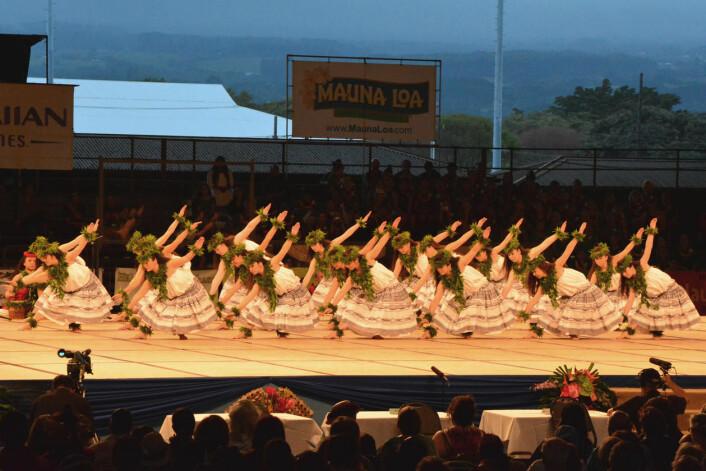 Huladanserar på scena under the Merrie Monarch Festival's Ho'ike Night i 2014. Hulafestival blir arrangert kvart år i Hilo på Hawai'i. (Foto: Eilin Holtan Torgersen)