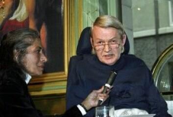 Forfatteren Axel Jensen levde i drøyt ti år med diagnosen ALS. Her fra en boklansering med kona Pratibha Jensen i 1994. (Foto: NTB/Scanpix)