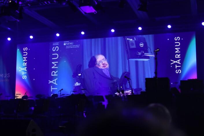 Hawking talte til Starmus-forsamlingen i Trindheim i 2017 via skjerm, siden helsen ikke var god nok til å reise til Norge (Foto: Lasse Biørnstad)
