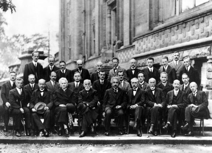 Dette er deltagerne på Solvay-konferansen i 1927, hvor blant annet kvantemekanikken ble debattert. Deltagerne var blant annet Einstein, Niels Bohr, Erwin Schrödinger, Marie Curie, Max Planck og Werner Heisenberg. Hawking hadde nok følt seg hjemme der. (Foto: Benjamin Couprie)