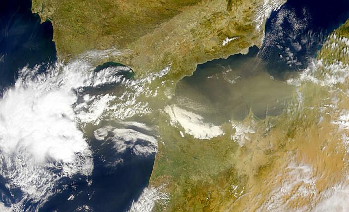 Satellittbildet viser støvskyer fra Sahara og lavtrykk med vinder og skyer fra Atlanterhavet – de to vanligste veiene gjennom lufta for store mengder virus og bakterier til området som forskerne undersøkte – Sierra Nevada i Spania. (Foto: NASA Visible Earth)