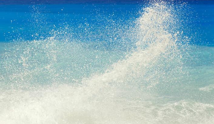 """Organiske nedbrytingsprodukter fra livet under havflaten kan binde til seg virus og bakterier og kastes opp i lufta som små partikler – aerosoler – som blåser videre jorda rundt. (Illustrasjonsfoto: <a href=""""http://www.colourbox.no"""">www.colourbox.no</a>)"""
