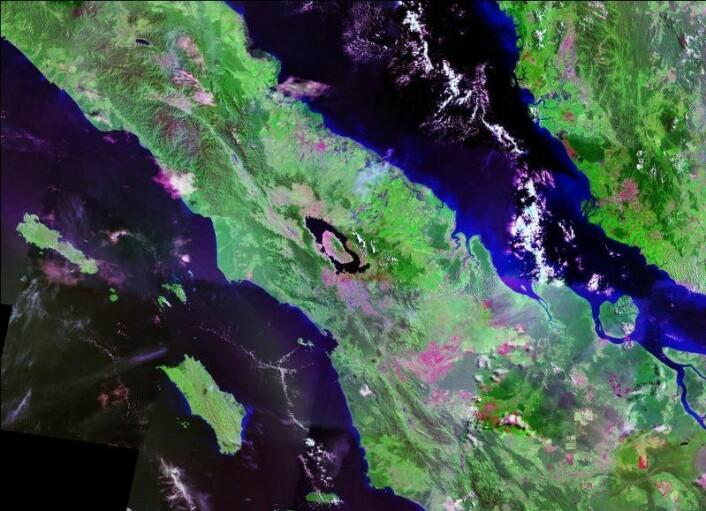 Det digre Toba-krateret, som nå er en innsjø, kan sees midt i bildet. (Bilde: NASA)