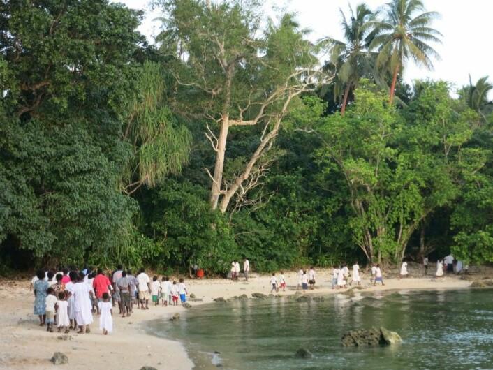 Borna på øya Ahamb begynte å gje vaksne øybuarar råd om korleis dei skulle løyse konfliktar. Dei fortalde at dei hadde fått beskjedar frå Gud (Foto: Tom Bratrud).