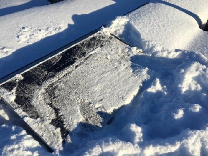 Forskerne anbefaler å holde solcellepanelene snøfri. – Men for all del ikke skrap isen – det kan ødelegge solcellen, advarer forsker. (Foto: Sintef)