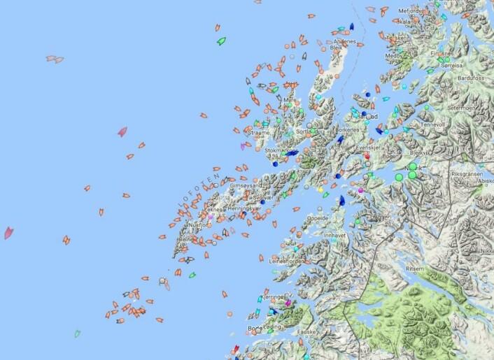 Et viktig element i Global Fishing Watch er det internasjonale globale systemet for satellittovervåking med verdens skip AIS. Dette kan du følge i sanntid via nettstedet marinetraffic.com. Samme nettsted kan du laste ned som en app. På bildet ser du fartøyer rundt Lofoten og Vesterålen 16. februar klokka 14.00. Her deltar mange fiskefartøyer (oransje) i lofotfisket etter skrei.