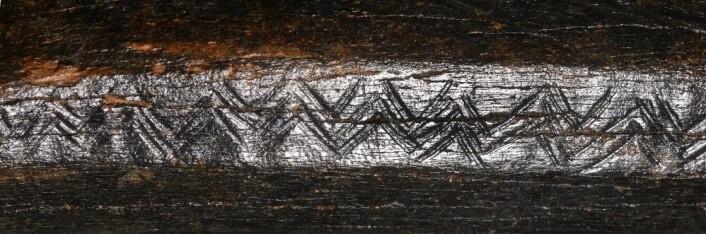 Nærbilde av fiskebein-mønsteret på kveg-knokkelen. (Foto: Arkeologisk fakultet i Leiden)
