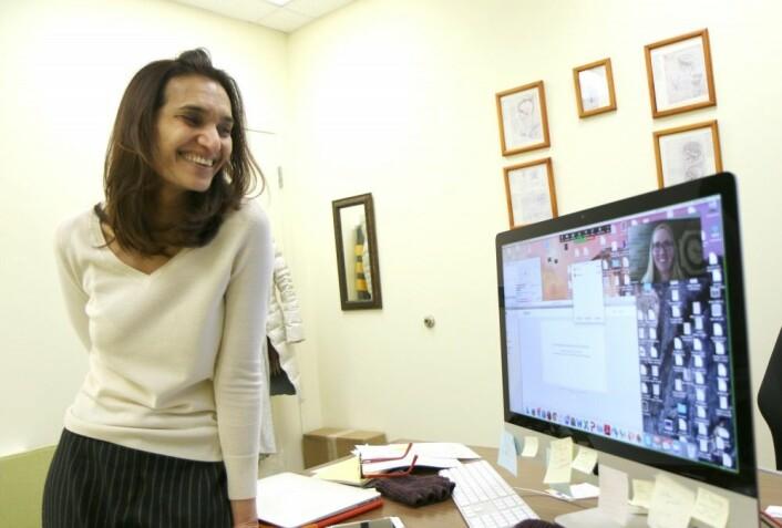 Chandan Vaidya snakker med Alaina L. Pearce via nettet. Flere av forskerne bak studien jobber nå i ulike deler av USA, men de håper på nye midler til å gjøre en større undersøkelse av fedmekirurgi og kognitive problemer. (Foto: Ingrid Spilde)