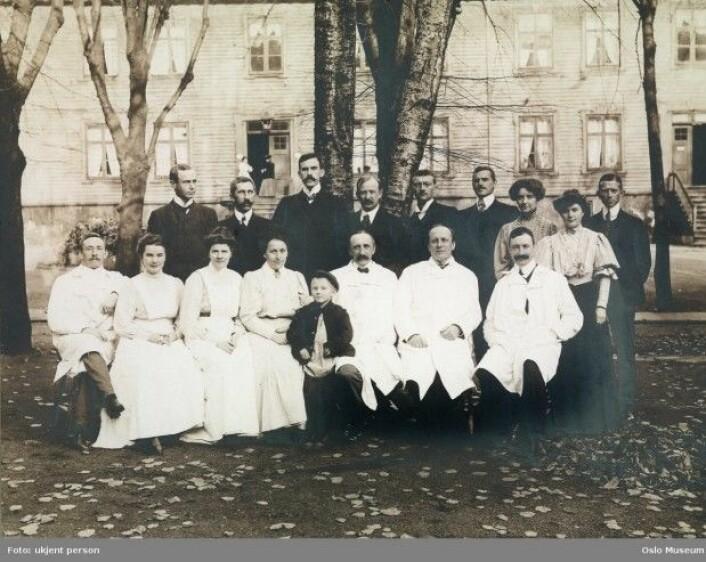 I perioden 1827–1914 lå Christiana Fødselsstiftelse i Akersgata 44. Her jobbet leger og jordmødre, og jordmødre fikk utdannelsen sin. (Foto: Ukjent/Oslo Museum)