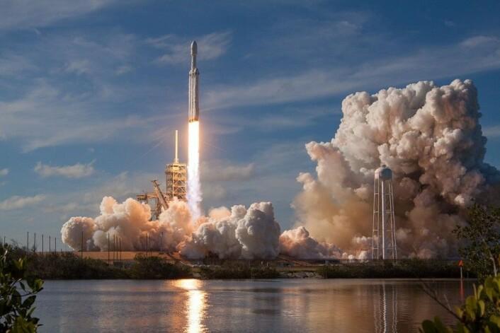 Ikke bare en illustrasjon: Falcon Heavy ble vellykket skutt opp for første gang 6. februar 2018. (Foto: SpaceX)