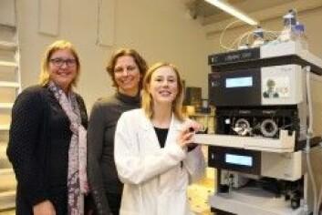 Fra venstre, ved et massespektrometer: Astrid Gjelstad og Trine Grønhaug Halvorsen har vært veiledere for Cecilie Rosting under doktorgradsarbeidet hennes. (Foto: Bjarne Røsjø, UiO)