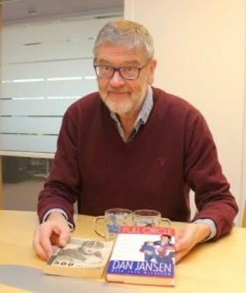 Professor Nils Lid Hjort har en rikholdig samling skøyte-litteratur, som blant annet omfatter russiske Jevgenij Grisjins og amerikanske Dan Jansens selvbiografier. (Foto: Bjarne Røsjø, UiO)