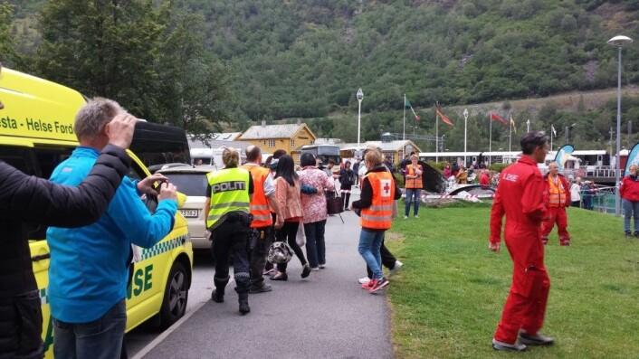 I august 2013 begynte en lastebil å brenne 2–3 km inn i Gudvangatunnelen i Sogn og Fjordane, Norges nest lengste tunnel. Ingen omkom, men rundt 70 mennesker ble sendt til sykehus. I august 2015 var det igjen brann i den samme tunnelen, denne gangen i en svensk turistbuss med 32 kinesiske turister. Fire personer ble alvorlig skadet. Her tar helsepersonell i Flåm hånd om de skadde etter den siste brannen. (Foto: Foto: Arne Veum / NTB scanpix)