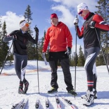 Svein Ivar Moen, Haakan Nordbäck og Peter Blom i Madshus diskuterer egenskapene til et skisett som er laget for våt snø og varmt vær. Bildet er tatt under en skitest på Natrudstilen i fjor. (Foto: Stefano Zatta)