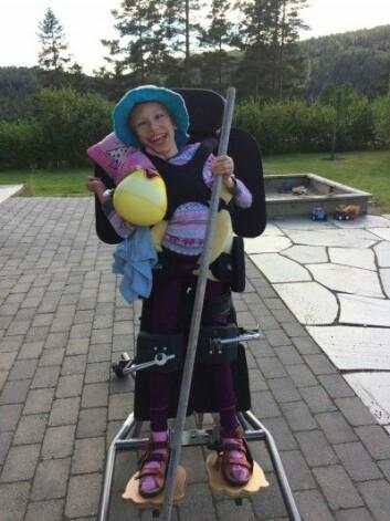 I dag er Selma, som ble født med en alvorlig hjerneskade og har diagnosen cerebral parese, snart 13 år. Siden hun var fem år, har familien regelmessig dratt til et senter i USA for å få en mer helhetlig behandling enn de mener de får i Norge. – Vi har opplevd å få henne tilbake, sier moren. (Foto: Privat)