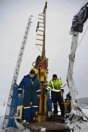 Boringene skjer ved den nå nedlagte Fen skole og øst for den videregående skolen på Søve ved Ulefoss. Her er borer Kjell Johansen (t.v.) og hjelpemann Leif Anders Grue ved riggen. (Foto: NGU)
