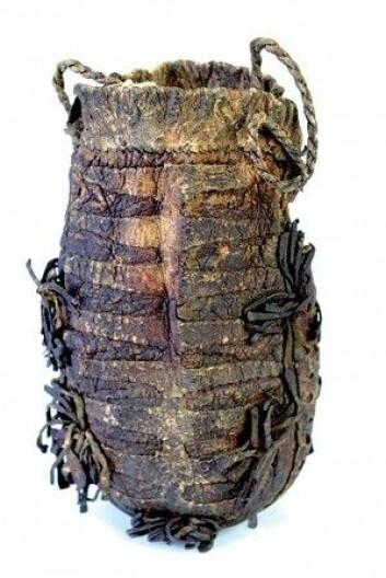 Peder Claussøn Friis (1545–1614) var den første til å beskrive gand som fæle fluer. Han mente at samene oppbevarte gandfluene i sin skinnpose. Den lille skinnposen var en viktig del av den samiske drakten, hvor samene oppbevarte små nødvendigheter. (Foto: Dino Makridis / MiST – Sverresborg Museum)