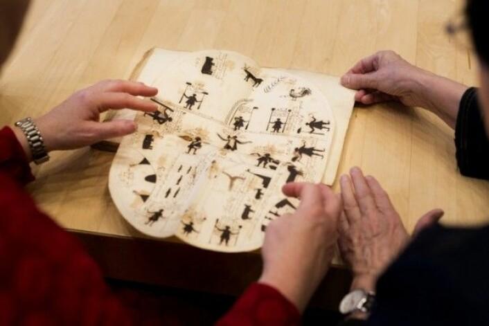 Thomas von Westen tegnet inn og forklarte mange samiske runebommer i dagboka si. (Foto: Stig Brøndbo)