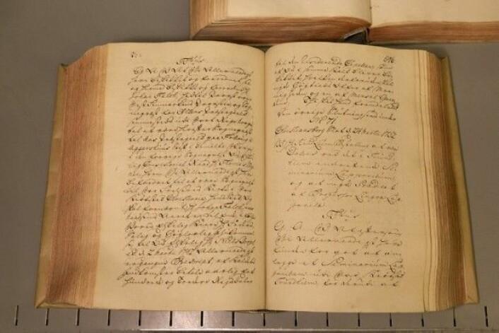 Boka med navnet «Danske kanselli 1572-1799, Norske registre» inneholder dokumentet som forteller om professorutnevnelsen av Knud Leem. Det kreves en spesiell kompetanse for å klare å lese slike flere hundreår gamle dokumenter. (Foto: Stig Brøndbo)