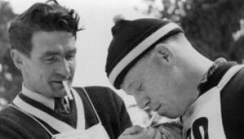 Kombinertløpar Simon Slåttvik og skihoppar Erling Kroken tek seg ein røyk i Holmenkollen. Eit slikt syn ville nok vere utenkjeleg i dag. (Foto: Wikimedia commons)