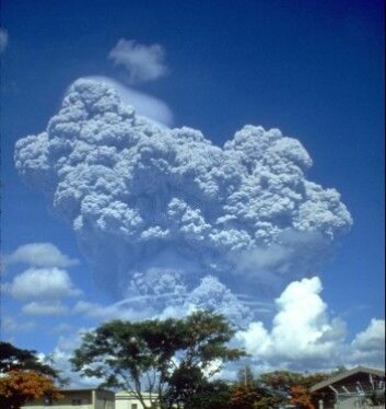 I 1991 fikk vulkanen Mount Pinatobu et utbrudd og sendte 20 000 000 tonn svoveldioksid opp i atmosfæren. Det dannet et lysreflekterende lag i atmosfæren, noe som senket den globale temperaturen med 0,5 grader fra 1991 til 1993. (Foto: U.S. Geological Survey Photograph/Richard P. Hoblitt)