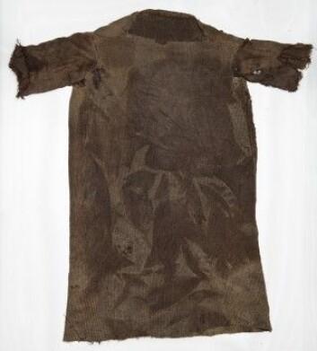 En komplett kjortel, karbondatert til ca. 300 e.Kr. (Foto: Mårten Teigen, Kulturhistorisk Museum/Universitetet i Oslo)