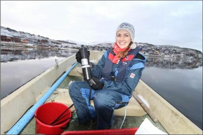 Kate Hawley med telemetriutstyr som brukt i studien. (Foto: Guttorm Christensen, Akvaplan-NIVA)