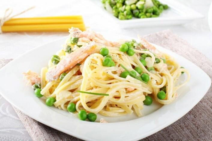 Mange lager seg ofte en kjapp hverdagsrett som spaghetti bolognaise med tradisjonell kjøttdeig av storfe. Erstatter du kukjøttet med for eksempel svinekjøtt, så blir klimaavtrykket ditt betydelig redusert. Bruker du laks og noen erter som her på bildet, blir det enda mindre. Mest klimavennlig spiser du med bare tomatsaus, pesto, ostesaus eller kanskje litt parmesan og olivenolje på toppen. (Foto: lorenzo_graph / Shutterstock / NTB scanpix)
