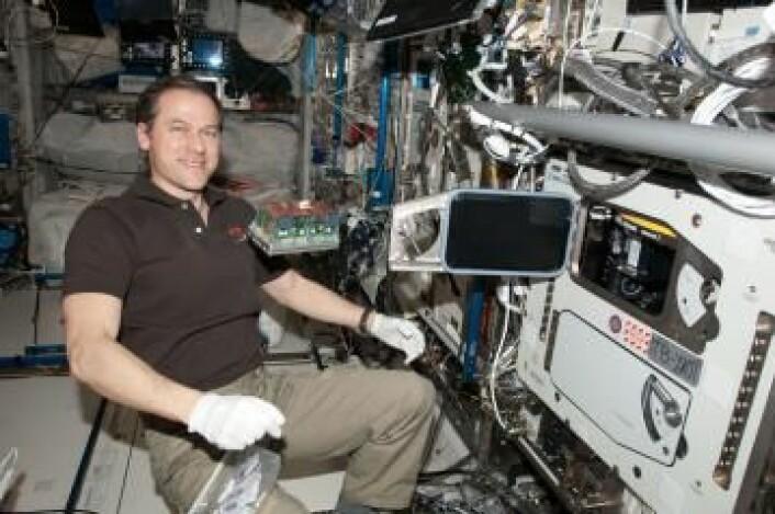 NASAs astronaut Tom Marshburn er klar til å sette frø inn i vekstkamrene på romstasjonen som styres fra Norge. (Foto: ESA / NASA)